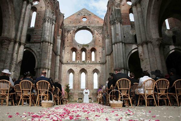 Matrimonio Civile Toscana : Sposarsi all abbazia di san galgano petali rosa
